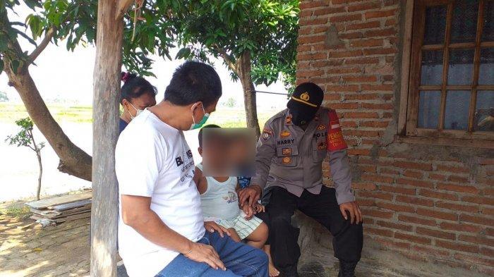 Ibnu, bocah pemakan batu bata saat didatangi pihak kepolisian
