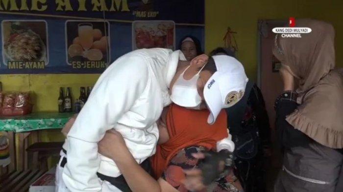 Ibu Ini Histeris Saat Melihat Dedi Mulyadi Berada di Hadapannya, Sang Suami Malah Tertawa Ngakak 1