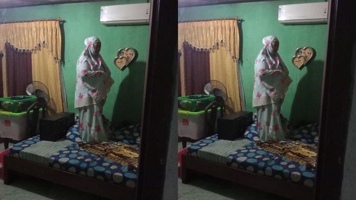 Foto ibu salat Tahajud di atas kasur saat rumahnya kebanjiran menjadi viral di media sosial.