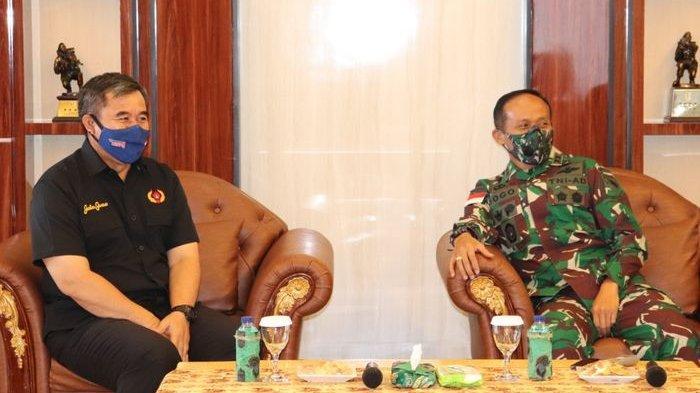 Ketua Umum KONI Jawa Barat, Ahmad Saefudin, dan Pangdam XVII/Cenderawasih, Mayjen TNI Ignatius Yogo Triyono.