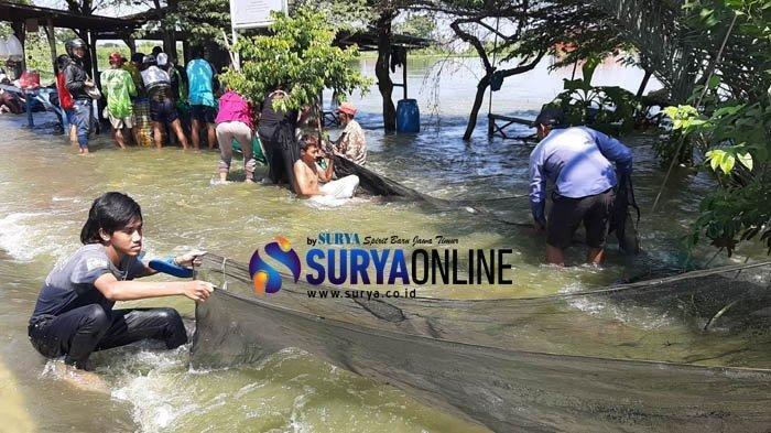 Sedang Mencari Ikan, Dua Orang Hanyut Terseret Arus Banjir di Gresik