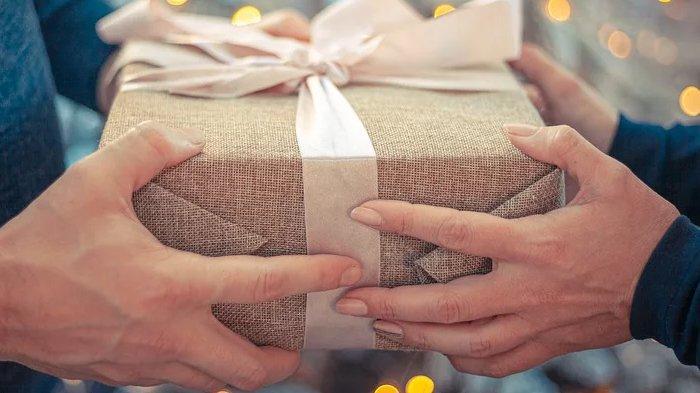 6 Ide Kado Istimewa di Hari Valentine untuk Pacar Cowok, Hadiah Kecil Tapi Bikin Doi Makin Sayang