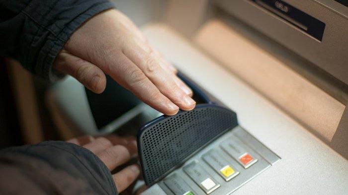 Ilustrasi mengambil uang bantuan di ATM.