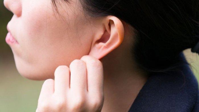 Air Masuk Telinga? Jangan Asal Korek Kuping, Bisa Infeksi, Ini Cara Tepat Keluarkan Air Dari Kuping