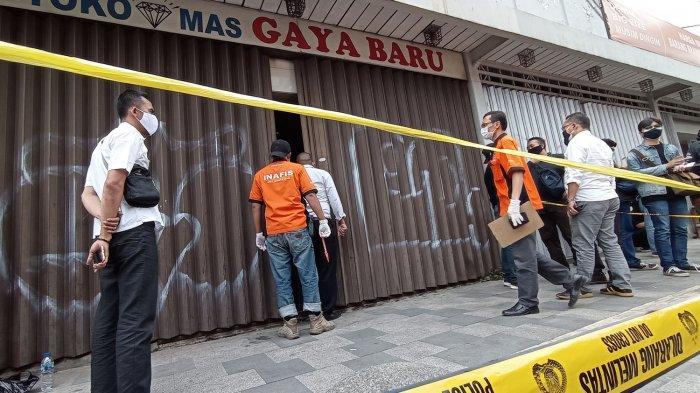Petugas Inafis Polrestabes Bandung melakukan olah tempat kejadiam perkara di Toko Mas Gaya Baru, Jalan Ahmad Yani, Kota Bandung, Senin (20/9/2021).