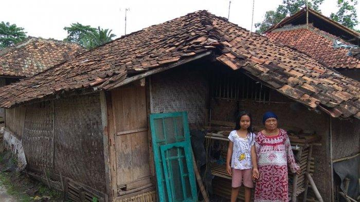Nenek dan Cucunya di Cianjur Tinggal di Sebuah Rumah yang Ambruk Setengah Bagian