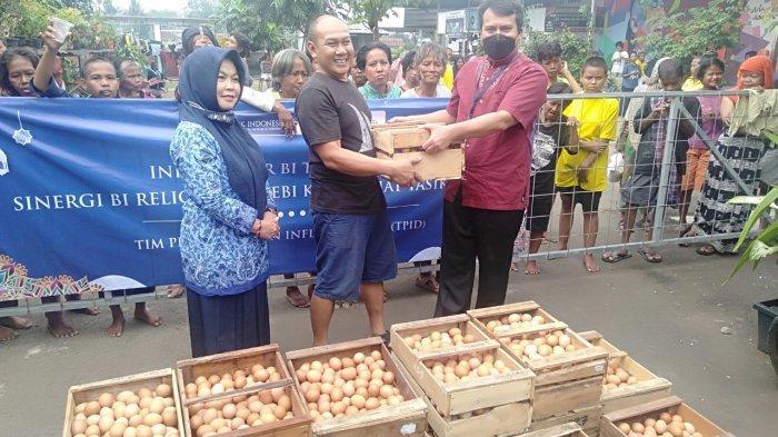 Karyawan BI Tasik Borong Telur dengan Harga Normal, Dibagi-bagikan untuk Warga yang Membutuhkan