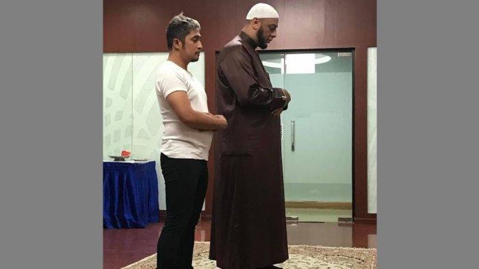 Irfan Hakim Posting Foto Shalat Jamaah dengan Syekh Ali Jaber, Berdoa Ingin Dipertemukan di Surga
