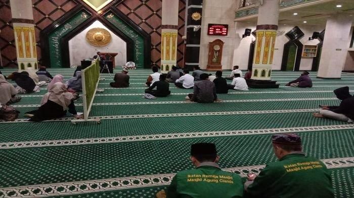 Isi Malam Pergantian Tahun, Sejumlah Warga Lakukan Muhasabah di Masjid Agung Ciamis
