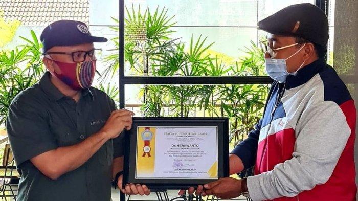 3 Ekonom Jabar Dapat Penghargaan Ikatan Sarjana Ekonomi Indonesia (ISEI) Bandung, Ini Sosoknya!