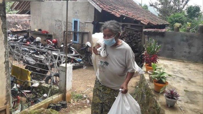 Erni Marliana (61), istri seorang pensiunan polisi, dengan dua karung untuk memulung.