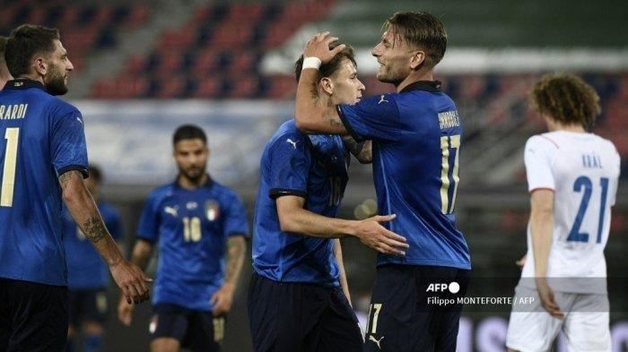 Gelandang Italia Nicolo Barella (tengah) merayakan gol dengan Ciro Immobile setelah mencetak gol kedua pada 04 Juni 2021 selama pertandingan sepak bola persahabatan internasional antara Italia dan Republik Ceska di stadion Renato-Dall'Ara di Bologna, dalam persiapan untuk Euro 2020.