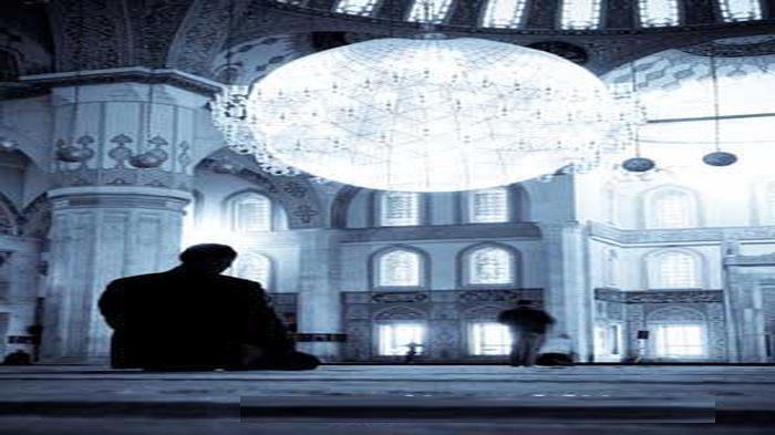 Itikaf di masjid.