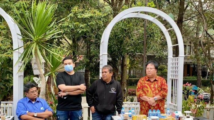 Ivan P Sadik (kanan) bersama sejumlah alumnus Universitas Katolik Parahyangan (Unpar) di sebuah kafe di Parongpong, Lembang, Kabupaten Bandung Barat, Jumat (11/9/2020).