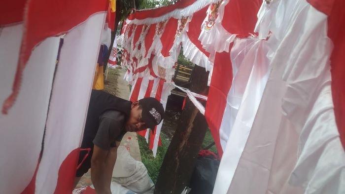 Keluh Kesah Pedagang Bendera di Purwakarta Menyambut HUT RI, Baru Dua Bendera Terjual