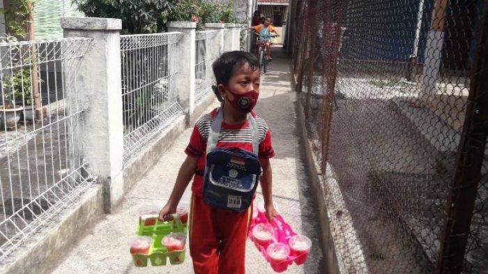 Kisah Bocah Sumedang Ini Bikin Terenyuh, Tak Malu Jualan Es, Uangnya Buat Orangtua & Belajar Online