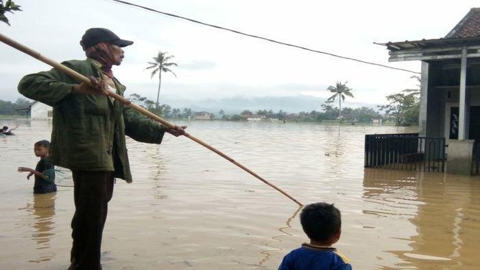 Sempat Surut, Malam Ini Banjir di Sukaresik Tasikmalaya Kembali Naik