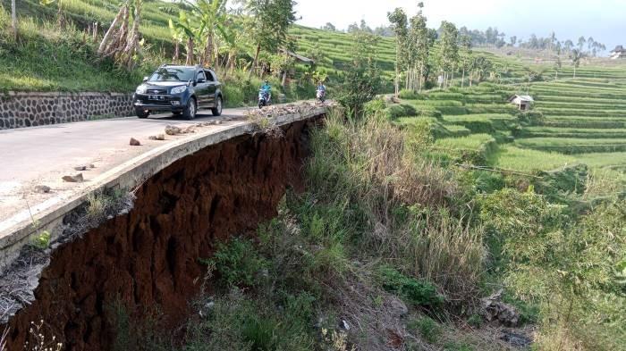 Hanya Sejengkal Bisa Mengundang Bahaya, Dinding Penahan Jalan di Cijambu Ini Sudah Berisiko Tinggi