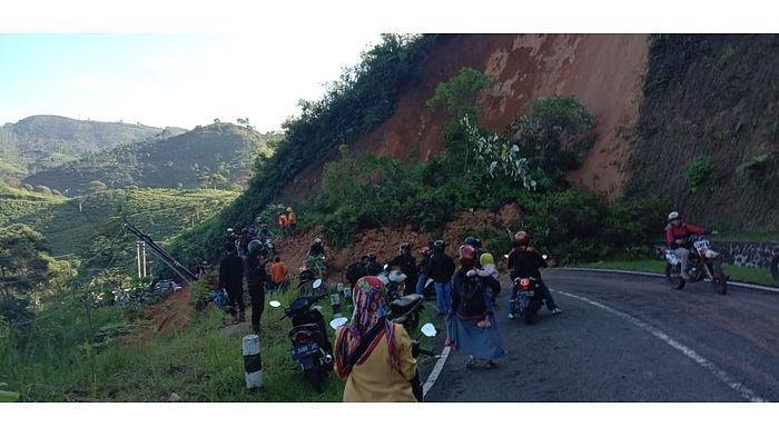 BREAKING News, Bandung-Garut via Talegong Terputus Sejak Sore, Tebing Longsor, Mobil Pikap Terjebak