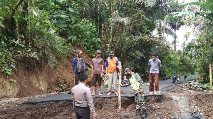 Jalan Poros Angsana-Gunung Kelir Pamarican Ambles, Warga Diminta Waspadai Longsoran Tebing