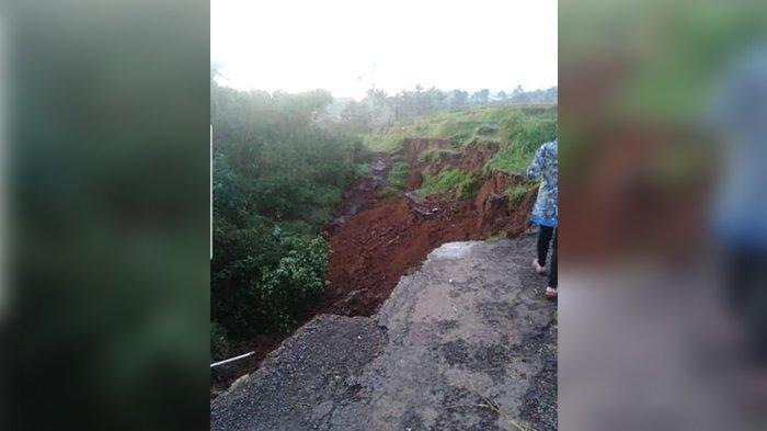 Jalan Penghubung 2 Kampung di Subang Terputus karena Longsor, BPBD Subang Buat Jalan Darurat