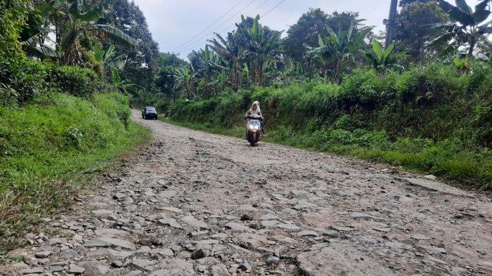 Rawan Kecelakaan, Warga di Purwakarta Minta Pemkab Segera Realisasikan Perbaikan Jalan Desa Nangewer