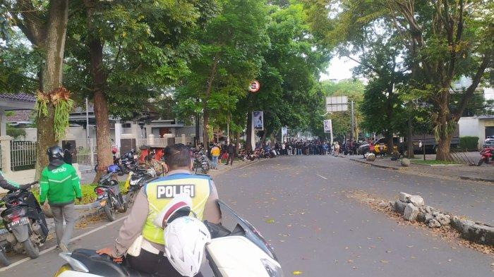 Hindari Jalan Sulanjana Bandung Sore Ini, Bobotoh Demo di Graha Persib, Jalan Tak Bisa Dilalui