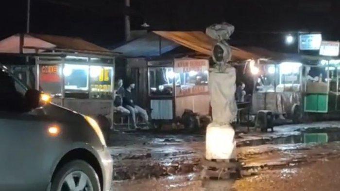Jalan Syehquro di Karawang Rusak Parah, Warga Protes Pasang Patung Pocong