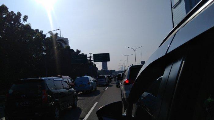 Hari Terakhir PPKM Level 4, Jalan Tol arah Jakarta Padat Merayap