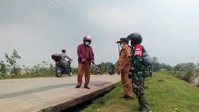 Jalan di Sekitaran Tanggul Desa Situraja Indramayu Menganga, Bantaran Tanahnya Turun Tergerus Banjir