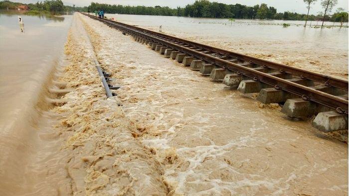 Banjir, Calon Penumpang Kereta Api Tujuan Jakarta Batalkan Perjalanan, Ganti Pakai Bus