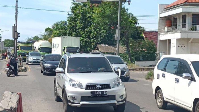 Hari Pertama Libur Panjang, Jalur Pantura Indramayu Mulai Dipadati Kendaraan dari Arah Jakarta