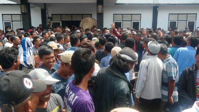BREAKINGNEWS: Minta Buktikan Tantangan, Ratusan Pemilik Jaring Apung Geruduk Kantor Kecamatan