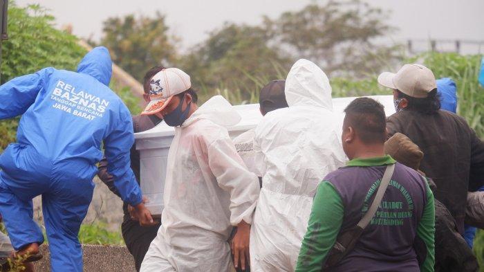 Jasa pikul jenazah Covid di TPU Cikadut Bandung