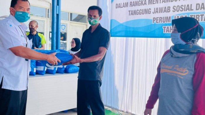 Berbagi Jelan Lebaran, Jasa Tirta II Bagikan Sembako untuk Warga di 2 Kecamatan