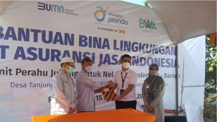 Asuransi Jasindo Bantu Nelayan Tanjung Jaya Banten Dengan 8 Unit Kapal Jukung
