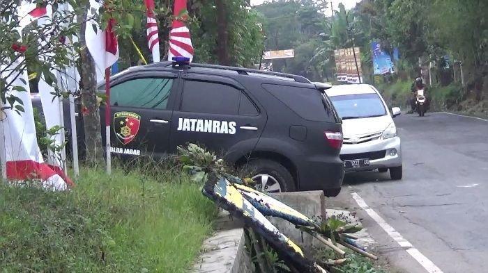 Mobil bertuliskan Jatanras Polda Jabar mendatangi TKP Kasus Subang.