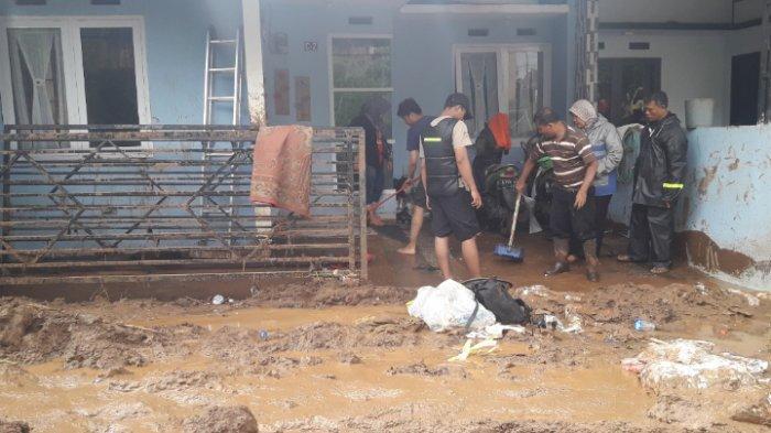 Pasca Tanggul Jebol, Warga Cilengkrang Bersihkan Rumah dari Lumpur dan Material Lainnya