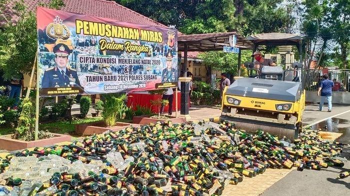 Dalam rangka Cipta Kondisi Jelang Perayaan Natal 2020 dan Tahun Baru 2021, Polres Subang memusnahkan barang bukti 4.300 botol minuman keras ( miras) di halaman Mako Polres Subang, Kamis (10/12/2020).