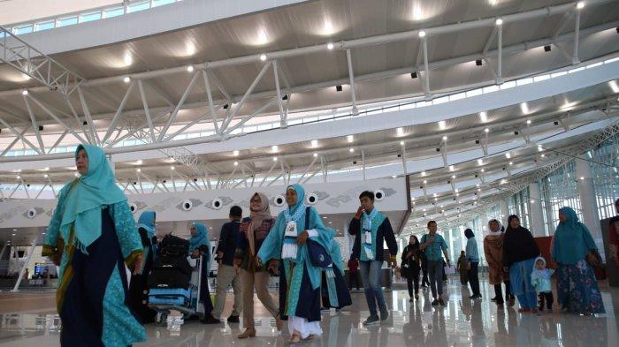 Jemaah umrah berangkat dari BIJB Kertajati, Sabtu (22/12/2018).