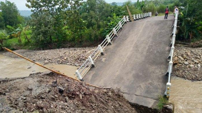 Jembatan Penghubung Dua Desa di Kabupaten Cirebon dan Kuningan Ambruk, Ini Penyebabnya