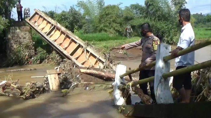 Kesaksian Warga, Detik-detik Jembatan Penghubung Tiga Desa di Sumedang Ambruk Diterjang Arus Air