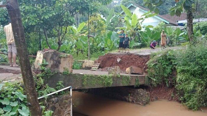 Jembatan Ambruk dan Satu Rumah Tertimpa Longsor, Imbas Hujan Deras di Sukadana Ciamis