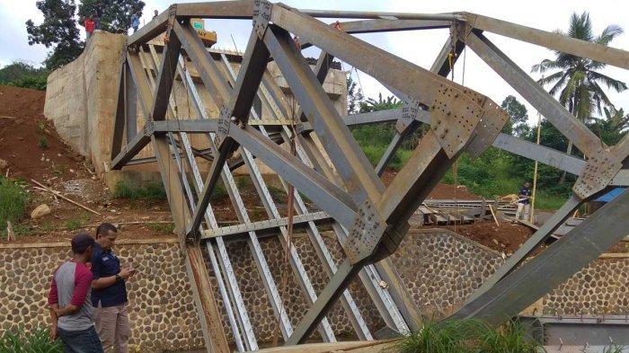 Detik-detik Dua Pekerja Pegang Erat Pilar Jembatan saat Jembatan Cibalagung Ambruk