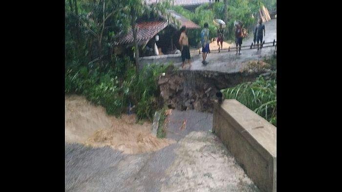 Jembatan Penghubung di Desa Cipedas Kuningan Roboh Diterjang Arus Deras Sungai