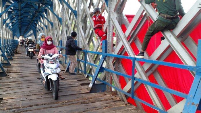 Pembentangan bendera ukuran 18 meter x 12 meter di Jembatan KA Cirahong Ciamis, dalam rangka memperingati HUT ke-76 Kemerdekaan RI, Selasa (17/8/2021) siang.  Pembentangan bendera ukuran raksasa tersebut digagas oleh bikers dari Brotherhood For Nature (BFN) dan gabungan Komunitas Pencinta Alam Ciamis.