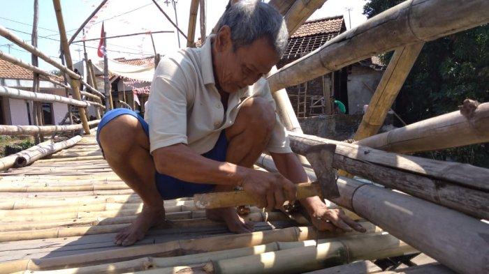 Jembatan Bambu Penghubung Dua Kecamatan di Kabupaten Cirebon Ini Sudah Reyot, Warga Pun Khawatir