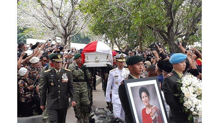 jenazah-ani-yudhoyono-memasuki-area-pemakamam-di-tmp-kalibata.jpg