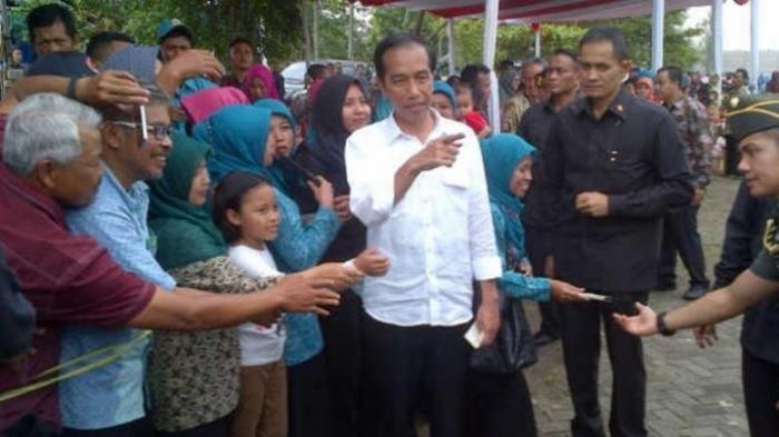 Jokowi: Gunakan Sertifikat Tanah untuk Modal Kerja Bukan Beli Mobil atau Motor