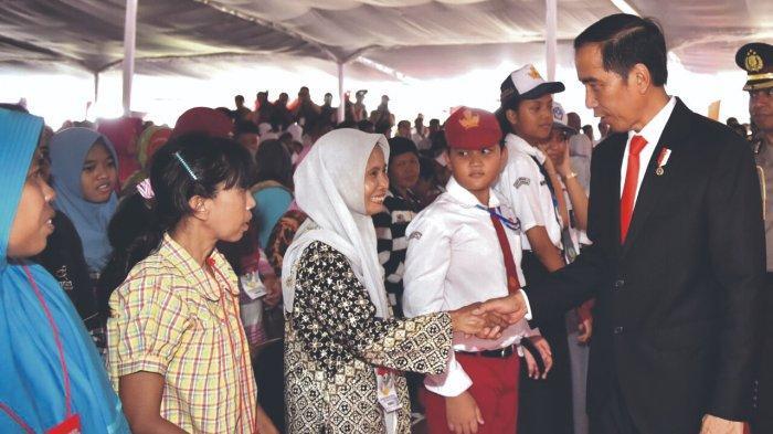 Presiden Joko Widodo bersalaman dengan KPM PKH saat menyaksikan pencairan PKH di Semarang, beberapa waktu lalu.